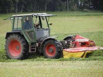 Ferien auf dem Bauernhof - Gras mähen mit dem Kreiselmähwerk
