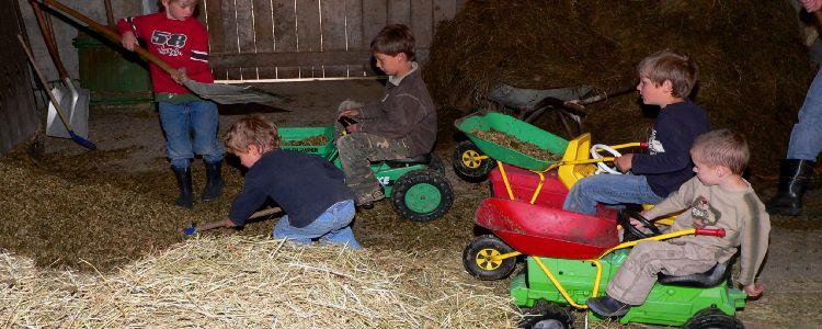 Kinderurlaub in Bayern - die Tiere im Stall füttern