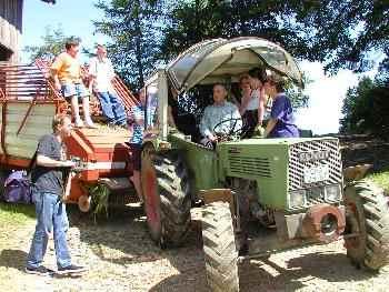 Familie auf dem Traktor - Kinderfreundlicher Bauernhof Bayern Familienurlaub