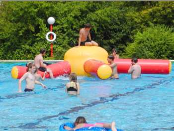 Sommerurlaub im Freibad zum Baden in den Sommerferien in Bayern